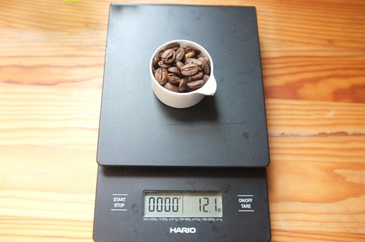 ハリオドリップスケールでコーヒー豆を計る
