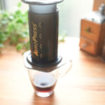 エアロプレスでコーヒーを淹れている