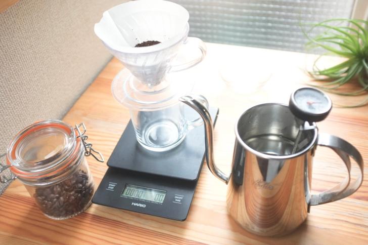 コーヒー豆とドリッパーとコーヒーポット
