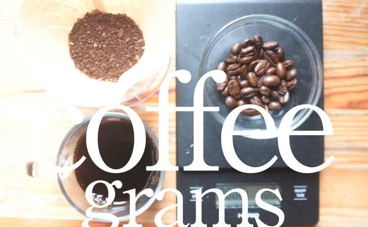 コーヒーの量を計るスケールとコーヒー豆