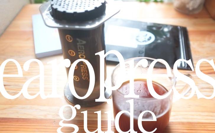 エアロプレスとコーヒーカップ